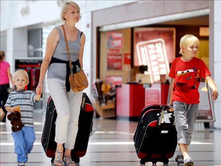 Мать с детьми в аэропорту Стамбула
