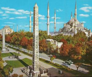 Окружающие ее исторические памятники